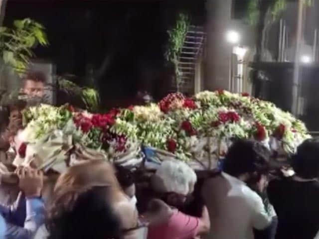 Video : Rajiv Kapoor's Last Rites Performed In Mumbai, Kapoor Family Says Goodbye