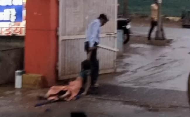 मध्य प्रदेश: अस्पताल से महिला को गार्ड ने घसीटकर निकाला, बाहर सड़क पर फेंका; वीडियो वायरल