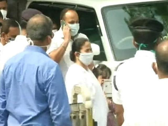 Video : Mamata Banerjee Visits Nephew's Home Ahead Of CBI Questioning His Wife