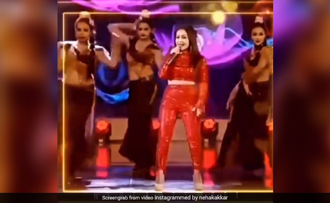 नेहा कक्कड़ ने रेड आउटफिट पहन स्टेज पर दी जबरदस्त परफॉर्मेंस , Video में डांस से मचा दिया धमाल