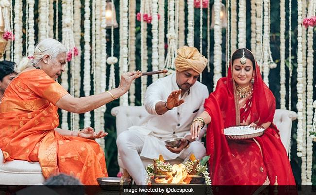 दीया मिर्जा ने वैभव रेखी संग शेयर कीं शादी की Photos, हाथ पकड़कर फेरे लेते और यूं रस्में निभाते आए नजर