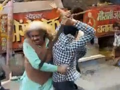 On Camera, UP <i>Chaat</i> Sellers Fight Over Customers With Rods And Sticks