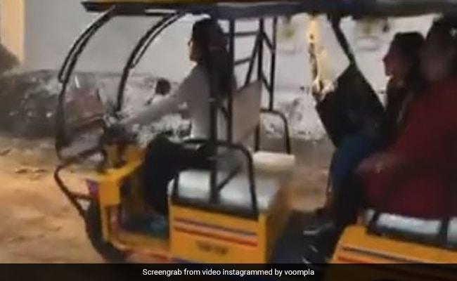 जाह्नवी कपूर ने सवारियों को बैठाकर चलाया ई-रिक्शा, पैजेंसर बोले- बस, बस... आगे रास्ता नहीं है- देखें Video