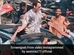 आसिम रियाज संग सेल्फी लेने के लिए उमड़ी भीड़, एक्टर ने गाड़ी से निकल यूं किया रिएक्ट- देखें Video