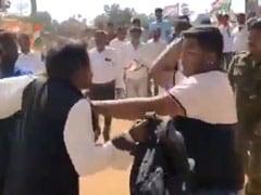''नरेंद्र मोदी जिंदाबाद'' का नारा लगाने पर कांग्रेस कार्यकर्ताओं ने शख्स की कर दी जमकर पिटाई - देखें VIDEO