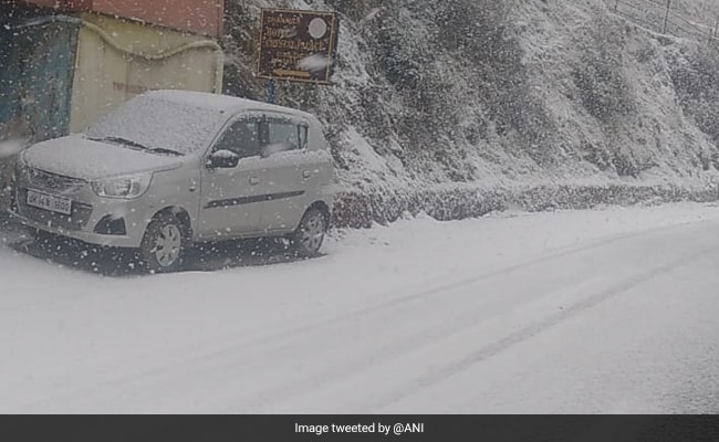 Snowfall In Mussoorie: 'पहाड़ों की रानी' मसूरी में बर्फबारी, सफेद चादर से ढकीं खूबसूरत वादियां