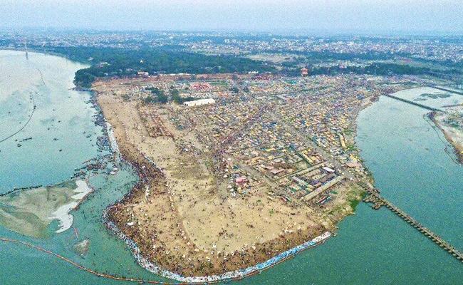 Magh Purnima 2021: तस्वीरों में देखें माघ पूर्णिमा पर प्रयागराज में कैसी उमड़ी भीड़? श्रद्धालुओं पर हो रही पुष्पवर्षा