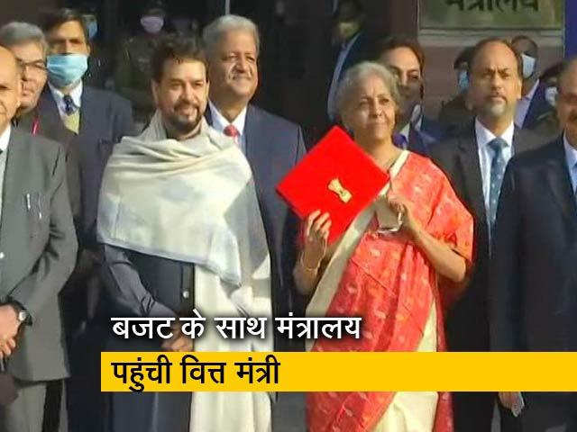 Videos : वित्त मंत्रालय पहुंचीं निर्मला सीतारमण, हाथ में लाल रंग के कवर से ढंका बजट