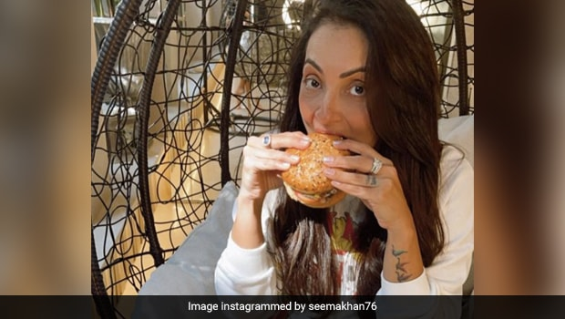 Seema Khan Celebrates Award Win With Burger, Malaika Arora Wants A Bite!