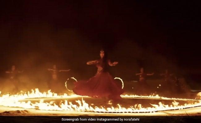 नोरा फतेही ने 'छोड़ देंगे' सॉन्ग पर आग के बीच यूं झूमकर किया डांस, Video खूब हो रहा है वायरल