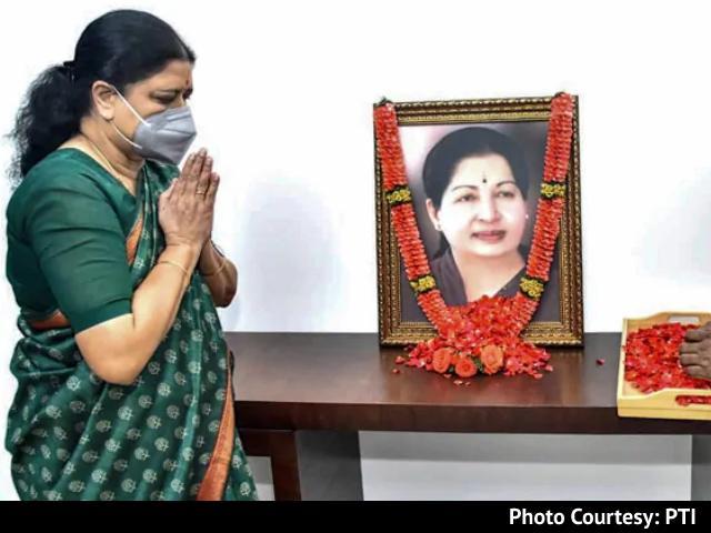 Video : VK Sasikala, Who Quit Public Life, Returns To Jayalalithaa Memorial