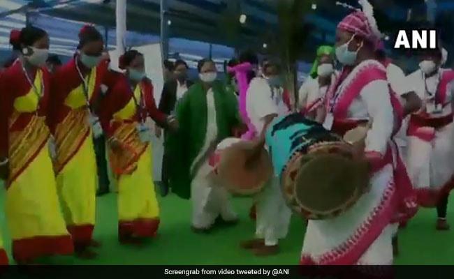 Mamata Banerjee Attacks Centre On Tea Garden Promise, Dances With Tribals - NDTV