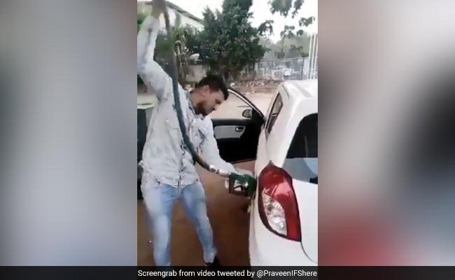 पेट्रोल के दाम पहुंचे 100 रुपये तक, तो शख्स पहुंचा पेट्रोल पंप... पाइप पकड़ किया कुछ ऐसा - देखें Video