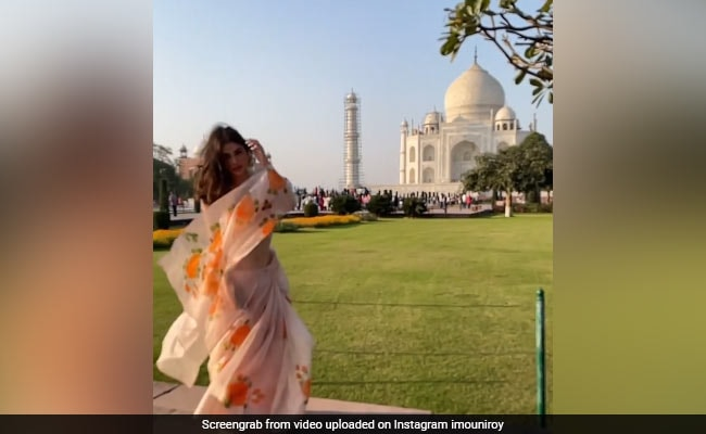 Mouni Roy appeared in this style in front of Taj Mahal, glamorous video of actress went viral