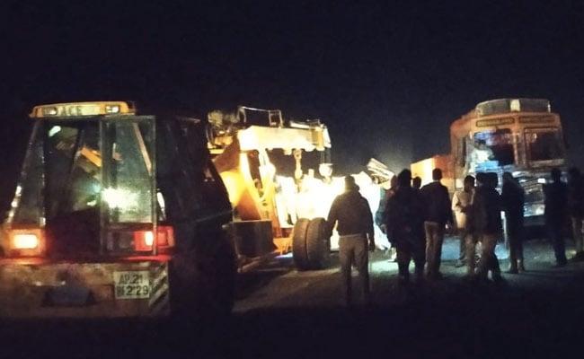 आंध्र प्रदेश : कर्नूल में बस और ट्रक की टक्कर, 14 लोगों की मौत, कई जख्मी