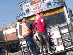 मध्य प्रदेश : दोपहिया सवारों को एक किलोमीटर तक घसीटता ले गया ट्रक ड्राइवर