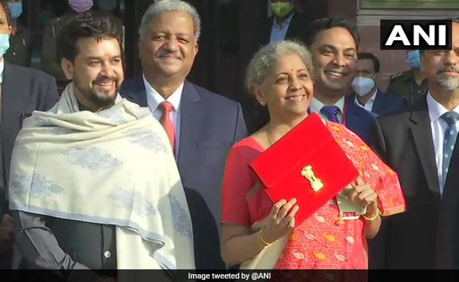 Khaskhabar/वित्तमंत्री निर्मला सीतारमण आज आम बजट 2021 पेश कर रही हैं. ब्रीफकेस और बहीखाता के बजाए वह टैबलेट से बजट पेश कर रही हैं. कोरोनाकाल के बाद ये पहला बजट है, जिसमें स्वास्थ्य और कोरोना वैक्सीन को लेकर सरकार ने प्रमुखता से खर्च रखा है. वित्तमंत्री ने कहा कि इस बार का बजट डिजिटल है. जबकि जीडीपी लगातार दो बार माइनस में हो गई है, लेकिन ग्लोबल इकॉनोमी ही सुस्त है. साल