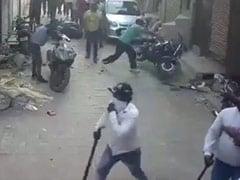दिल्ली: तोड़फोड़ करने वाले बदमाशों का सीसीटीवी फुटेज सामने आया, पुलिस की गाड़ी भी तोड़ी