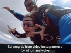 शख्स ने फिल्मी स्टाइल में गर्लफ्रेंड को किया प्रपोज, हवा में उड़ते हुए पहनाई अंगूठी, बोला- मुझसे शादी करोगी ? - देखें Video