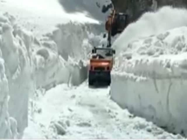 Video : Snow Clearing Operation On In J&K's Mughal Road