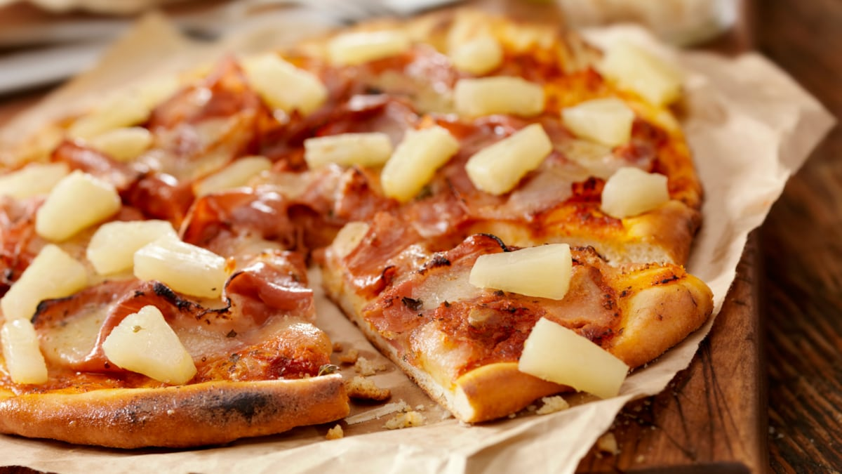 Mumbai Police Says, Pineapple On Pizza May Still Work, But Masks On Chin Won't; Internet Is In Splits