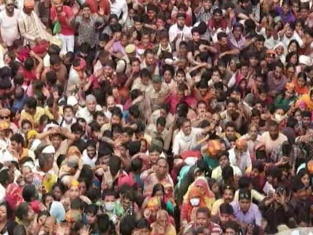 Video : Watch: Thousands At UP Temple For <i>Laddu Maar Holi</i>, Most Had No Masks