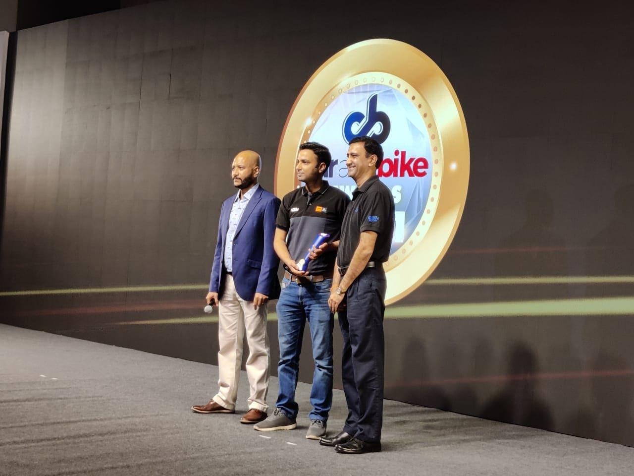 एंट्री ऐडवेंचर मोटरसाइकिल ऑफ दी ईयर अवॉर्ड लेते KTM के अधिकारी