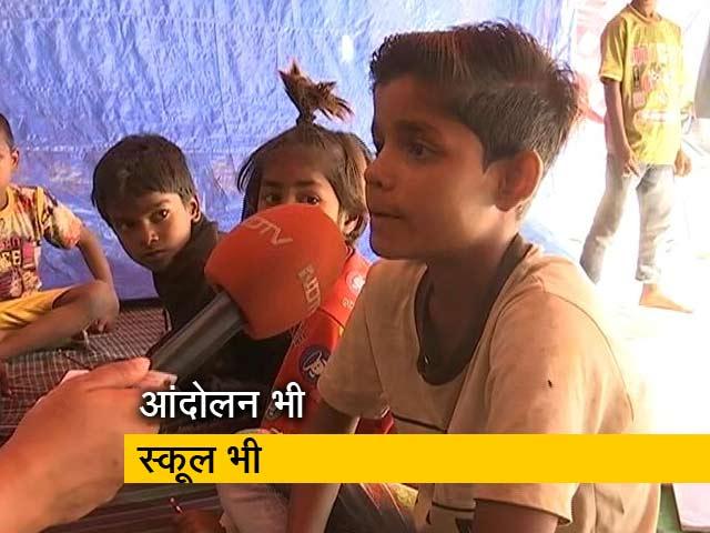 Videos : किसान आंदोलन: टिकरी बॉर्डर पर चल रहा स्कूल, गरीब बच्चों को मुफ्त शिक्षा