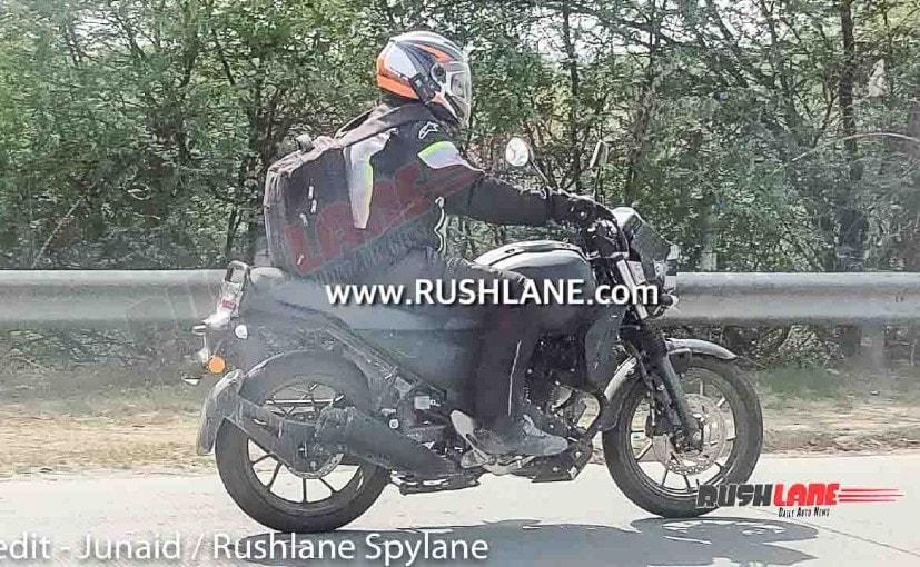 यामाहा XSR 250 का एक टैस्ट मॉडल दिल्ली के पास यमुना एक्सप्रेसवे पर देखा गया है.
