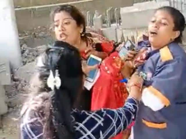 Video : Woman Stopped For Not Wearing Mask In Mumbai Attacks Municipal Worker