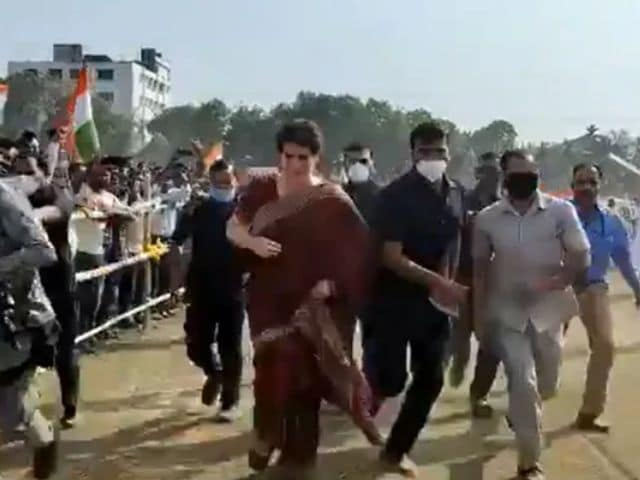 Video : Watch: Priyanka Gandhi, Late To A Rally In Assam, Bursts Into Sprint