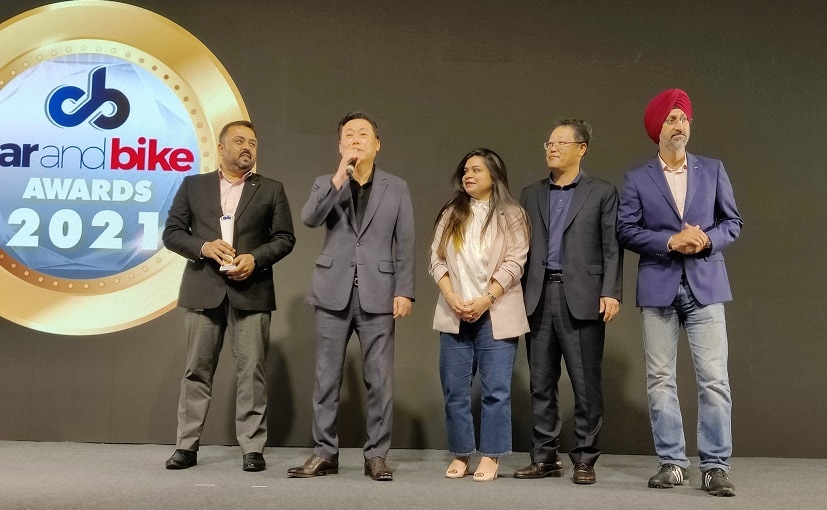 टीम किआ मोटर्स इंडिया अवार्ड स्वीकार करते हुए