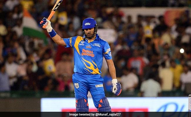 युवराज सिंह के बल्ले ने मचाया धमाल, जमाए 6 छक्के, स्टेडियम के चारो तऱफ गई गेंद..देखें Video