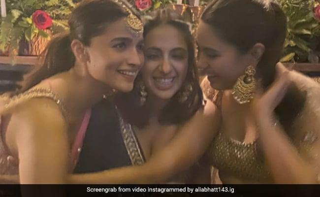 दोस्त की शादी में आलिया भट्ट ने सहेलियों संग 'गेंदा फूल पर किया डांस, देखें Photos और Video