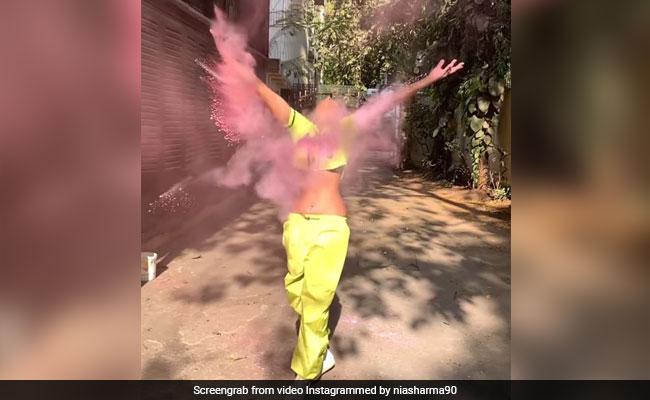 निया शर्मा ने होली पर खूब मचाया हुड़दंग, कभी फेंका गुलाल तो कभी चलाई कलर गन- देखें Video