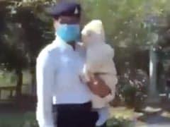 बेबी को गोद में लिए ट्रैफिफ कंट्रोल करती दिखीं कॉन्स्टेबल प्रियंका, स्वरा भास्कर ने यूं दिया रिएक्शन- देखें Video