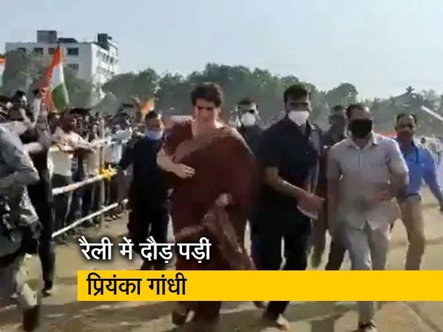Videos : VIDEO : असम में रैली के लिए हुई देर तो प्रियंका गांधी ने लगाई दौड़