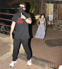 Viral: Arjun Schools Paparazzo For Climbing Up Kareena Kapoor's Building