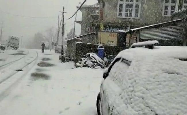 Snowfall, Landslides Shut Highway, 300 Vehicles Stuck