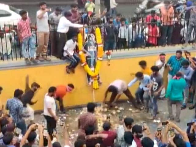 Video : Watch: Unruly Fans, Chaos At Theatre Showing Pawan Kalyan's Film Trailer