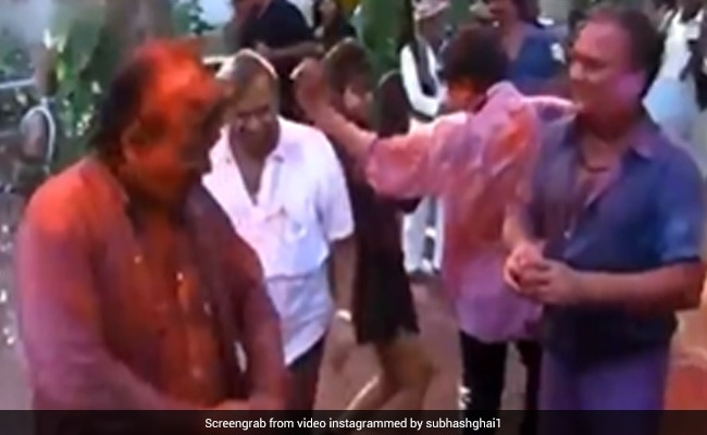 Spot Shah Rukh Khan And Gauri Dancing At This Holi Party Of The 90s