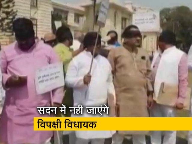 Videos : बिहार: सदन के बाहर काली पट्टी बांधकर प्रदर्शन कर रहे हैं विपक्षी विधायक