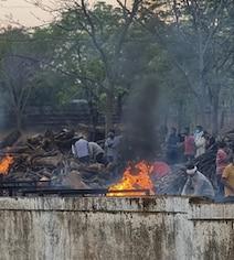 गाजियाबाद के श्मशान घाट पर लाशें वेटिंग में, सरकारी आंकड़ों में कोरोना से मौतें शून्य