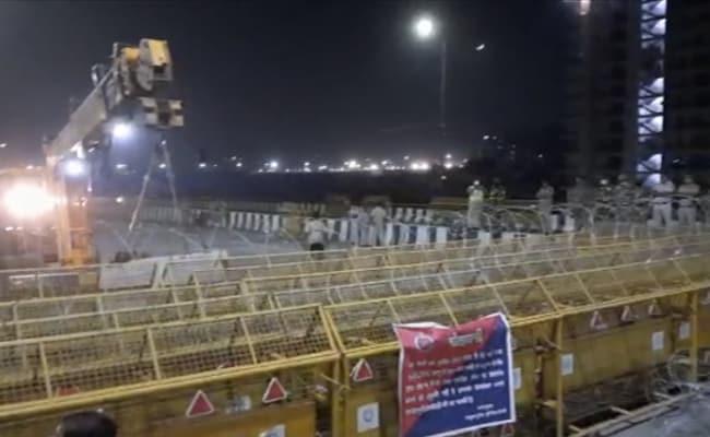 गाजीपुर बॉर्डर परबैरिकेड को बुलडोजर सेहटा रही दिल्ली पुलिस, आम जनताको मिलेगी राहत
