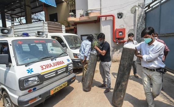 सरकार ने उद्योगों के लिए ऑक्सीजन सप्लाई पर रोक लगाई, रेलवे ऑक्सीजन एक्सप्रेस चलाएगा