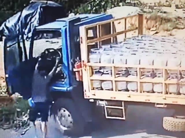 Videos : बिना ड्राइवर के चलने लगा गैस सिलेंडर से भरा ट्रक