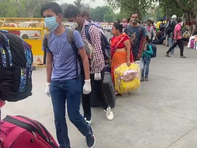 Video : Ground Report: Hundreds Of Migrant Workers Head Home From Delhi