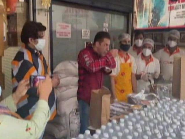 Video : In Video, Salman Khan Checks Food Being Sent To Mumbai Frontline Workers
