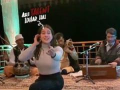 सारा अली खान ने स्टेज पर बैठ यूं लगाया सुर, एक्ट्रेस का सिंगिंग Video हुआ वायरल