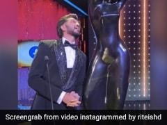 Riteish Deshmukh ने फिल्मफेयर अवॉर्ड को देख यूं दिए फनी एक्सप्रेशन, Video देख नहीं रुकेगी हंसी